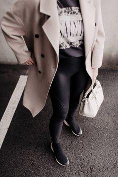 Am Modeblog findest du jetzt mein Outfit mit Sock Sneakers, Lederhose und Oversize-Mantel. Plus schöne Styling-Tipps für Sock Boots Outfits. www.whoismocca.com