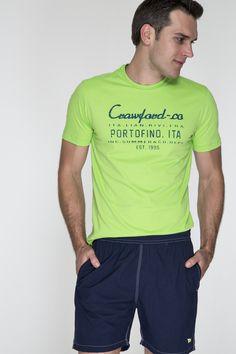 T-shirt verde limão e short marinho. As cores vibrantes combinam com o verão e são ótima opção em momentos mais informais.