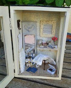 WEDDING PLANNER ROOMBOX - Escena en una caja de madera con puerta acristalada.