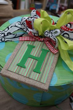Make this quick and easy monogram burlap tag - perfect for wrapping your Christmas gifts