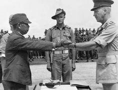 1945年9月、ニューギニア方面日本軍降伏式典において、オーストラリア陸軍中将(ホレス・ロバートソン)に対し、その証として自身の軍刀(将校准士官刀)を手渡す陸軍中将(第18軍司令官安達二十三)以下、日豪陸軍の将兵