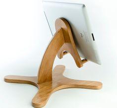 Handmade Wood iPad or iPad Mini Stand Más Wood Projects For Beginners, Diy Wood Projects, Wood Crafts, Support Smartphone, Ipad Holder, Diy Holz, Wood Toys, Wood Design, Ipad Mini