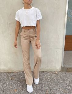 How to style a crop white tshirt and beige trousers for a casual summer outfit. How to wear white trainers and a crop T-shirt in a minimal style. How to style beige wide leg trousers Mode Outfits, Trendy Outfits, Fashion Outfits, Fashion Tips, Fashion Trends, Fashion Quiz, Urban Style Outfits, Grunge Outfits, Fashion Lookbook