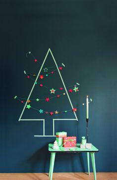 #Kerstboom aan de muur met #slinger #versiering.