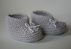 chaussons_bebe_tricot - We publish good gifts idea Baby Shoes Pattern, Shoe Pattern, Pattern Sewing, Crochet Baby Sandals, Baby Girl Crochet, Baby Boy Cardigan, Disney Baby Clothes, Baby Kimono, Kids Poncho