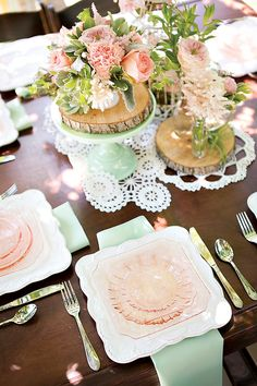 {Mint & Peach} love the tablescape and place settings