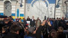 Активисты АвтоМайдана прорвались к дому Порошенко.             Активисты общественной организации АвтоМайдан проводят акцию возле дома президента страны Петра Порошенко с тре�