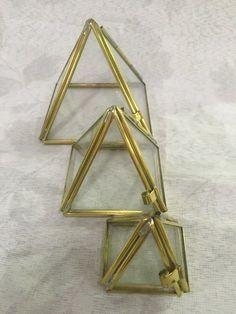 Trio piramides vidro com acabamento em latão