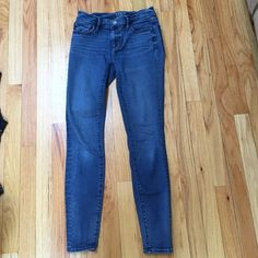 Loft denim legging🎀 These are in great condition. Loft denim leggings. Really comfortable. 😊Made of 92% cotton 6% polyester and 2% spandex. Pair with a loose fitting top and flats 😍 LOFT Jeans