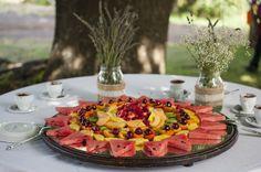 Decorazioni semplici e minimaliste, barattoli ricoperti di juta e fine pizzo. Sono i dolci a farla da padrone!