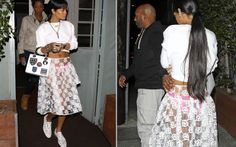 Rihanna aparece com saia transparente e calcinha à mostra