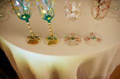 Set pahare miri personalizate, pictate manual in culori speciale pentru sticla.  Pahare de 160 ml, pictate cu flori de cires si craspedia. Pe piciorul paharului sunt scrise numele mirilor, a nasilor si data evenimentului.