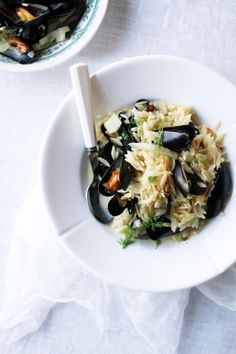 Simpukkapasta // Clams with Orzo Pasta Food & Style Tiina Garvey, Fanni & Kaneli Photo Tiina Garvey www. Pasta Salad, Pasta Food, Orzo, Clams, Pasta Dishes, Pasta Recipes, Risotto, Entrees, Potato Salad