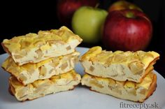 These delicious, soft and low calorie protein bars taste just like cheesecake, with low content of carbohydrates. Inside you will find hidden juicy apple pieces and fine cinnamo. Protein Desserts, Low Calorie Protein Bars, Protein Cheesecake, Cheesecake Bars, Healthy Desserts, Healthy Recipes, Stevia, Sin Gluten, Gluten Free