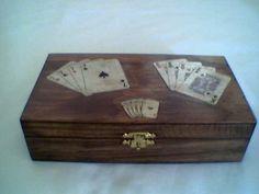 Caixa para baralhos de cartas.