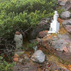 【streetview_japan】さんのInstagramをピンしています。 《長野県 御嶽山 Mount Ontake volcano 2年前の大噴火で頭を失ったお地蔵様。 きちんとお参りと今もなお行方不明の方々見つかるように祈ってきました。  #ontake #御嶽山 #風景 #風景写真 #日本の風景 #写真 #photography #photographer #beautiful #green #vacation #tree #trees #volcano #nature #naturelovers #instapic #forest #earth #japan #mountain #mountains #instagood #紅葉 #登山 #森林 #美しい #絶景 #landscape #amazing》