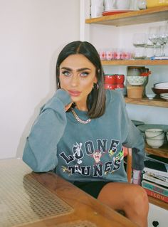 Looney Tunes Oversized Crewneck Sweatshirt Blue Retro Outfits, Girly Outfits, New Outfits, Fashion Outfits, Trendy Outfits, Cool Outfits, Shot Hair Styles, Teenage Girl Outfits, Princess Polly