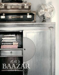 Vackert grått brudskåp, A-65, från Baazar Coffee and Home. Hitta fler skåp på www.baazar.se grått baazar wedding cabinet brudskåp bröllopsskåp kina skåp asiatiskt…