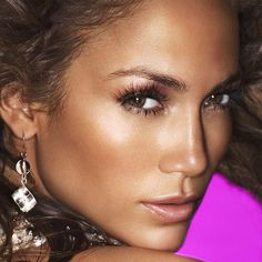 Jennifer Lopez in two makeup technique mix: Contouring X Strobing (golden sheen highlight) over tanned skin complexion perfect for Summer.
