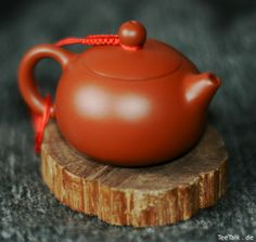 tiny yixing-teapot for one - holds appr. 70 ml. for high class dancong oolong Chinese Ceramics, Japanese Ceramics, Asian Teapots, Chinese Tea, Chinese Style, Yixing Teapot, Kitchenware, Tableware, Tea Culture