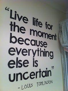 """""""Vive la vida en el momento porque todo lo demás es incierto."""" - Louis Tomlinson"""