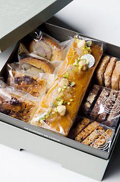Bake Sale Packaging, Baking Packaging, Dessert Packaging, Food Packaging Design, Pastry Basket, Baking Recipes, Snack Recipes, Bread Shop, Macaron Recipe