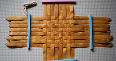 自然素材を活かした籠編みのHowTo、書籍のお役立ち情報紹介 Straw Weaving, Weaving Art, Rattan, Wicker, Dollhouse Miniature Tutorials, Dollhouse Miniatures, Birch Bark Baskets, Birch Bark Crafts, Diy And Crafts