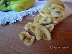 Le Banana chips sono uno snack goloso ed energetico da preparare e portarsi dietro a scuola, a lavoro, in palestra, ecc... insomma, quando si ha bisogno di
