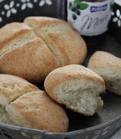Grove scones er superraske å lage fordi de hever med bakepulver, ikke gjær. Bruk fin eller grov sammalt hvete og server til frokost eller i matpakken. Scones, Granola, Biscuits, Bakery, Food Porn, Brunch, Rolls, Food And Drink, Snacks