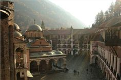 Le monastère de Rila est l'un des sites les plus célèbres de Bulgarie. Fondé au Xe siècle, cet ensemble monastique a joué un rôle prépondérant dans la vie sociale et spirituelle du pays à l'époque médiévale.