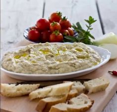 Romanian eggplant cream is incredibly delicious dip or spread. Here you will find the original recipe for the famous Salata de vinete. - Food and Drink Side Recipes, Greek Recipes, Vegan Recipes, Sicilian Recipes, Romanian Food, Appetizer Dips, Vegan Snacks, Original Recipe, Diy Food