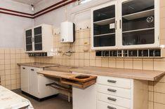 Af en toe lopen we nog tegen orginele Piet Zwart keukens aan. Deze vonden we boven de Opel garage Mazairac. Colonial Architecture, Japanese Architecture, Interior Architecture, Interior Design, 1930s House Renovation, Modern Country Kitchens, Kitchen Dining, Kitchen Cabinets, Vintage