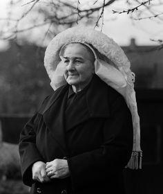 Vrouw in rouwdracht met poffer-muts, Brabant (1950-1960)