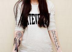 tattoo-unterarm-frau-traumfänger-spruch