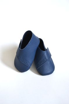Handmade soft sole leather baby shoes in navy blue color by MiniMo baby shoes.
