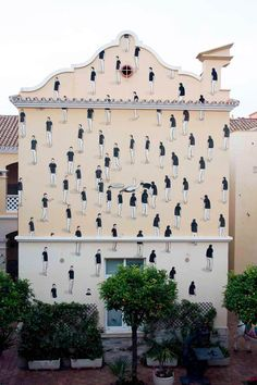 Back to the creations of the Spanish street artist Escif, based in Valencia. With a very simple graphical approach, but deceptively childlike, Escif offers us a street art both offbeat and protest, but also poetic, very inspired by the news.