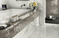 Die silbernen Fliesen im Mosaik Design sorgen mit dem Marmor für einen edlen Look