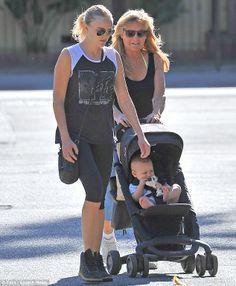 Malin Akerman de paseo con su madre y su hijo Sebastian en Los Ángeles con la silla de paseo #PEPP luxx de Nuna.