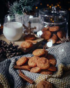 Na blogu (ako každý rok o tomto čase) štartujeme vianočný špeciál. A začíname týmito škoricovými sušienkami. Vianočné pečivo je to najlepšie na svete. Lebo nech ste kdekoľvek a nech je akýkoľvek dátum v kalendári jeho vôňa vás prenesie do chvíľ strávených s rodinou pocitu pohody bezpečia a tej nikdy neutíchajúcej detskej radosti z darčekov pre tých najbližších. Recept na blogu link aj v BIO. #vianocnyspecial #coolinari #foodblog #foodphotography #vianoce #vianocnepecivo #susienky #cookies #f Photography Tips, Blog, Recipes, Oven, Fresh, Group, Board, Vegan Biscuits, Chocolate Candies
