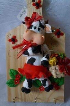 Tablita porta trapos Dyi Crafts, Clay Crafts, Crafts To Make, Polymer Clay Animals, Polymer Clay Art, Polymer Clay Projects, Polymer Clay Creations, Cow Decor, Pine Cone Crafts