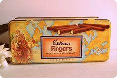 Cadbury biscuits contenant en étain, de biscuits de chocolat au lait Cadbury´s doigts, faite au début des années 1990. Boîte vintage anglais.  Mesures  Longueur : juste sous 9´´ ou 23cm Largeur : juste sous 4´´ ou 10cm Hauteur : 3.5´´ ou 9 cm  Condition : excellent
