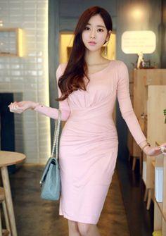 Today's Hot Pick :[ワンピース]ドレーピングタイトワンピース【CHUU】 http://fashionstylep.com/SFSELFAA0014266/chuujp/out 美しいボディラインを強調し、大人女性の魅力をグッと引き上げる一枚です。 ストレッチの効いた柔らかい素材感で着心地もGOOD◎ スリムにフィットするシルエットに、シャーリングを寄せたことで 自然な曲線美のラインに仕上がりました☆ エレガントで高級感のあるドレーピングデザインでセレブな気分を満喫♪ パーティー、二次会、デート等、特別な日におススメのお呼ばれアイテムです☆ フリーサイズです。 身長によって着丈感が異なりますので下記の詳細サイズを参考にしてください。 ◆2色:ピンク/ブラック