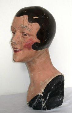 marotte = Tête de femme, en bois, carton, cire, dont se servent les modistes pour essayer les chapeaux, et les coiffeurs pour faire les perruques.