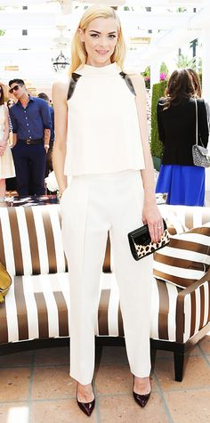 At a Carolina Herrera event, Jaime King makes the case for whites, flawlessly pairing an ivory high-collar Carolina Herrera top with matching trousers. She picked up on the top's black accents with an animal-print clutch and black pumps. Jaime King, Viernes Casual, King Fashion, Celebrity Look, Celebrity Outfits, Celeb Style, Celebrity Crush, Carolina Herrera, Couture Fashion