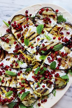 Culy Homemade: grilled eggplant with yogurt mint sauce and pomegranate seeds I Love Food, Good Food, Yummy Food, Raw Food Recipes, Vegetarian Recipes, Healthy Diners, Healthy Summer Recipes, Happy Foods, Mets