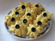 Bryndzové kvetinky s olivou Macaroni And Cheese, Oatmeal, Breakfast, Ethnic Recipes, Food, Basket, The Oatmeal, Morning Coffee, Mac And Cheese