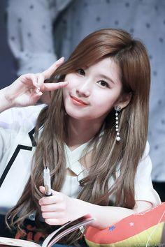 Sana cute (twice) Logo Twice, Twice Jungyeon, Twice Dahyun, Tzuyu Twice, South Korean Girls, Korean Girl Groups, Shy Shy Shy, Signal Twice, Sana Cute