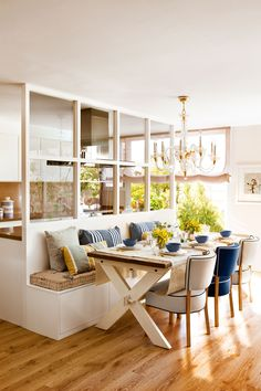 Comedor con banco y sillas contiguo a la cocina con acristalamiento_00402268