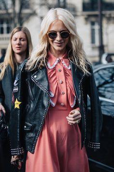 Street style à la Fashion Week automne-hiver 2017-2018 de Paris Poppy Delevingne blond platine wavy