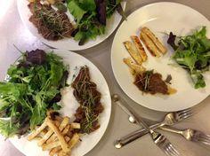 Kančí na cibuli a jalovci posypané řeřichou, celorové hranolky a směs baby salátů s olivovým olejem